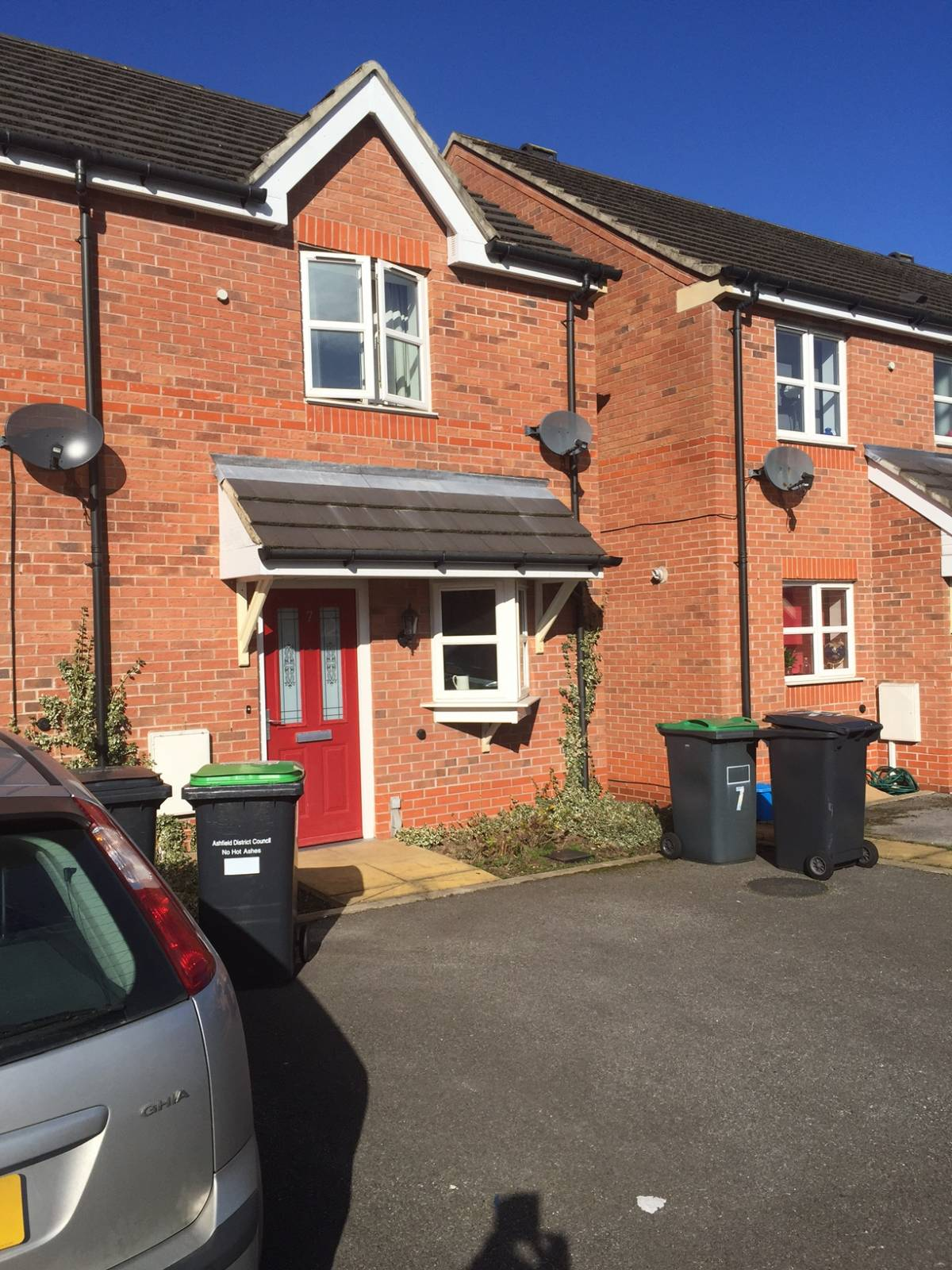** IDEAL STARTER HOME **  2 BED TOWN HOUSE. PARKING AND GARDEN. Downstairs WC.