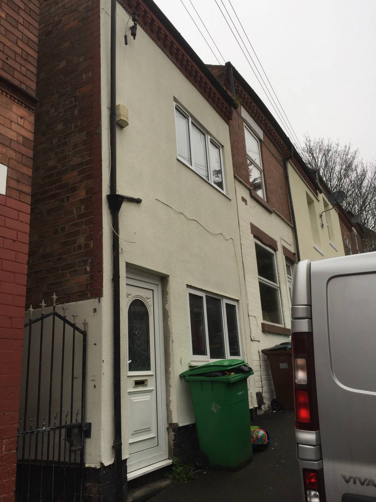 2 bedroom End Terraced. Private Yard. Large Rooms