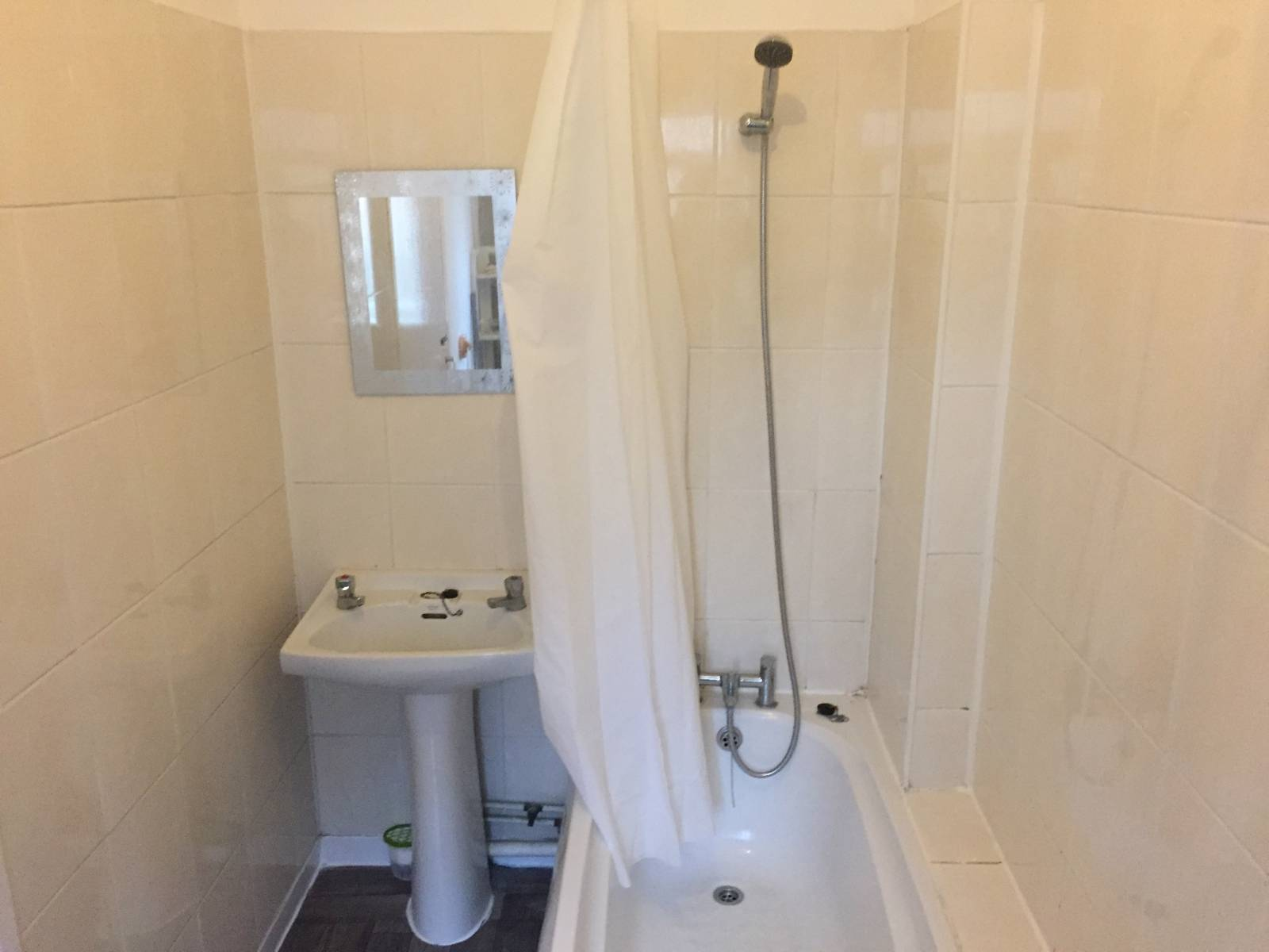 2 Story 1 large bedroom Maisonette. Totally refurbished. New Kitchen/Bathroom/Flooring. Redecorated.