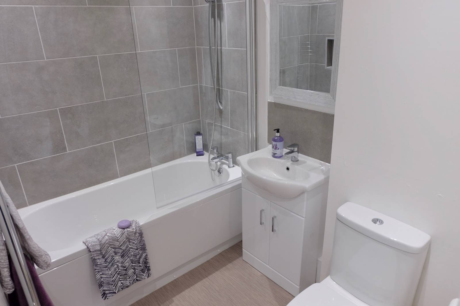 *** SPACIOUS 2 BEDROOM FLAT *** Private Entrance. Beautiful flat. It is fully furnished – Turn key property – Walk in & relax. It has everything you will need (apart from a TV) House fully furnished as dressed on refurbishment. Quite area no children.